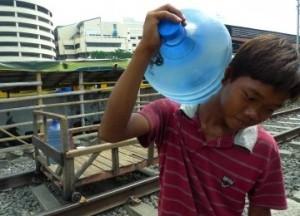 Warga mengangkut galon berisi air bersih untuk dijual di Kampung Bandan, Jakarta Utara, Senin (20/2). (Republika/Aditya Pradana Putra)
